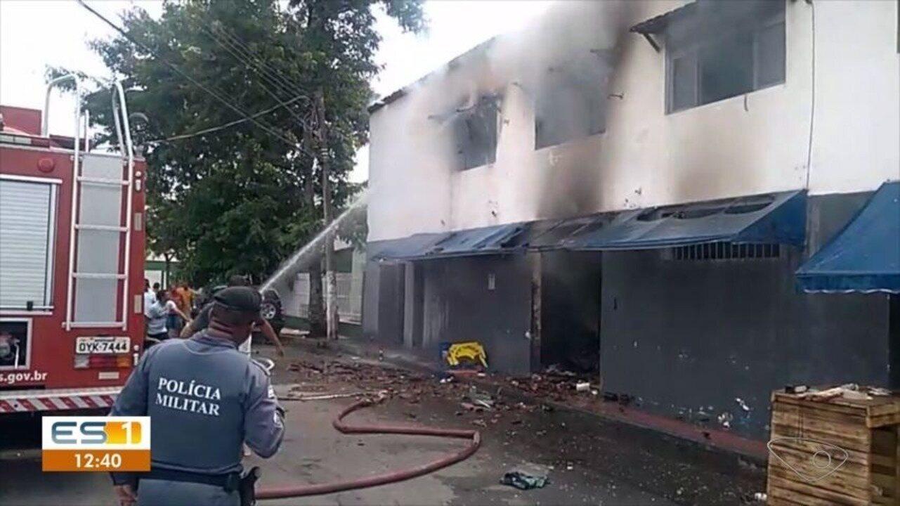 Bar da Ilha de Santa Maria pega fogo e atinge casa, em Vitória