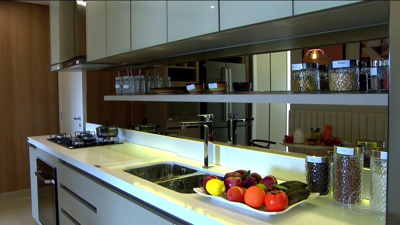 0cdd9a8ad Consumidores aproveitam leilões de móveis de apartamentos decorados para  economizar