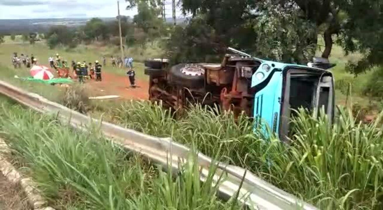 Ônibus tomba às margens da BR-020, no DF, e deixa 19 passageiros feridos