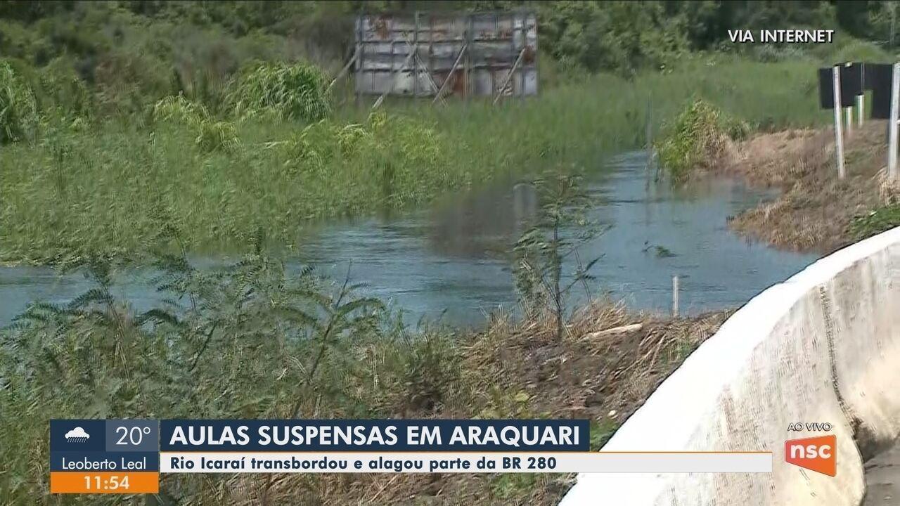 Rio Icaraí em Araquari transbordou por conta da chuva e aulas na região foram canceladas