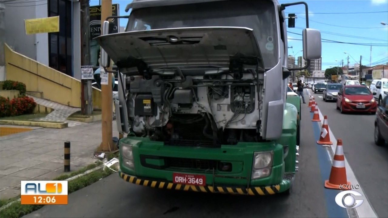 Caminhão-tanque pega fogo na Av. Tomás Espíndola, no Farol