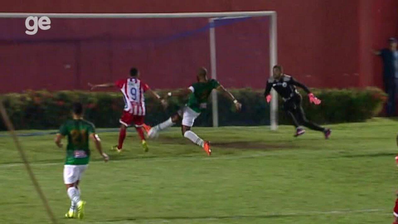 Jogadores e banco do 4 de Julho reclamam de lance polêmico em jogo contra Altos