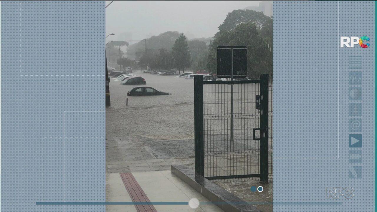 Chuva alaga ruas e escolas e causa transtornos no trânsito de Curitiba