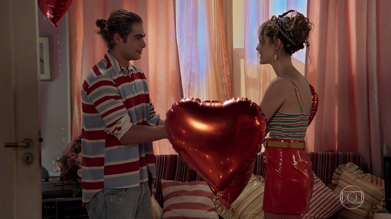 João (Rafael Vitti) faz surpresa e pede Manu (Isabelle Drummond) em casamento, em 'Verão 90'