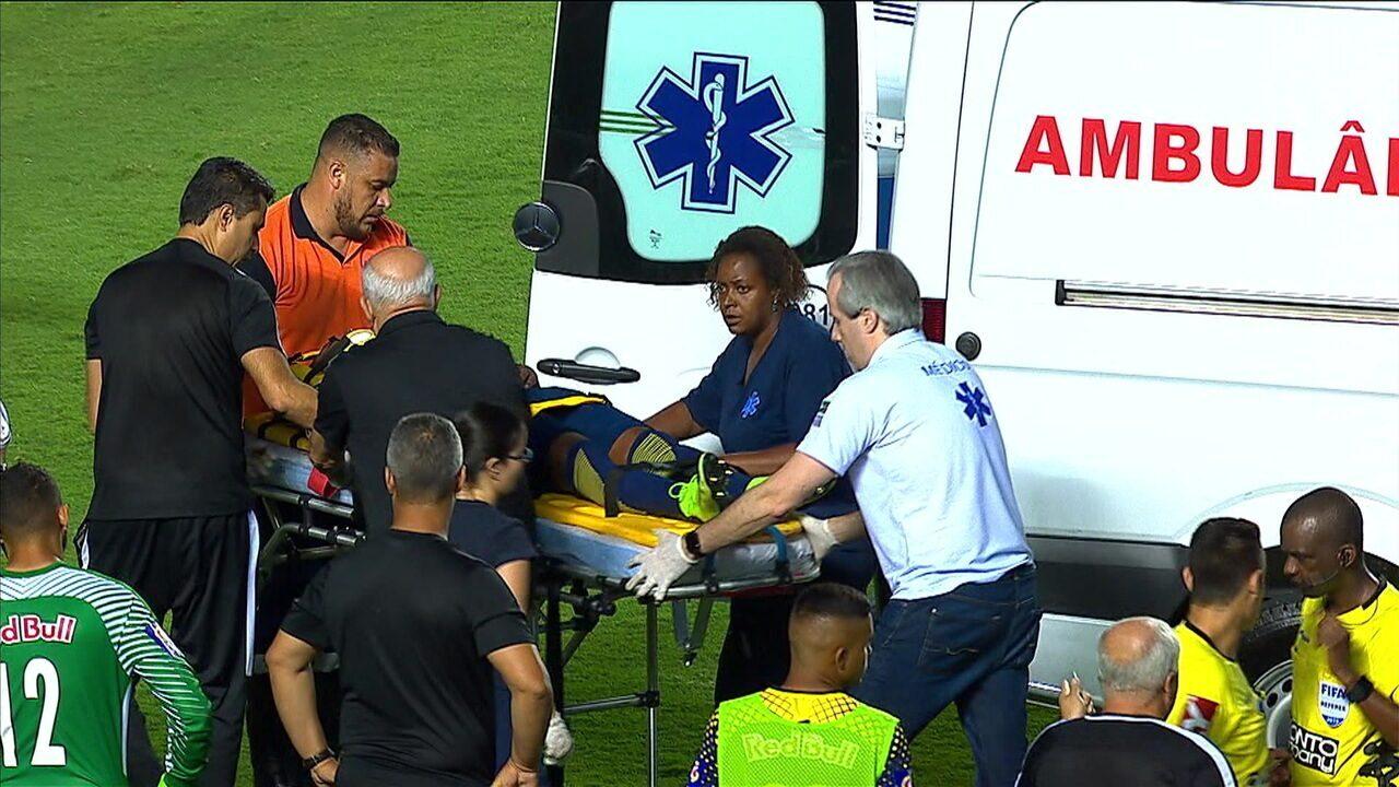 Após choque de cabeça, Rafael Carioca deixa o campo de ambulância, aos 41' do 2ºT