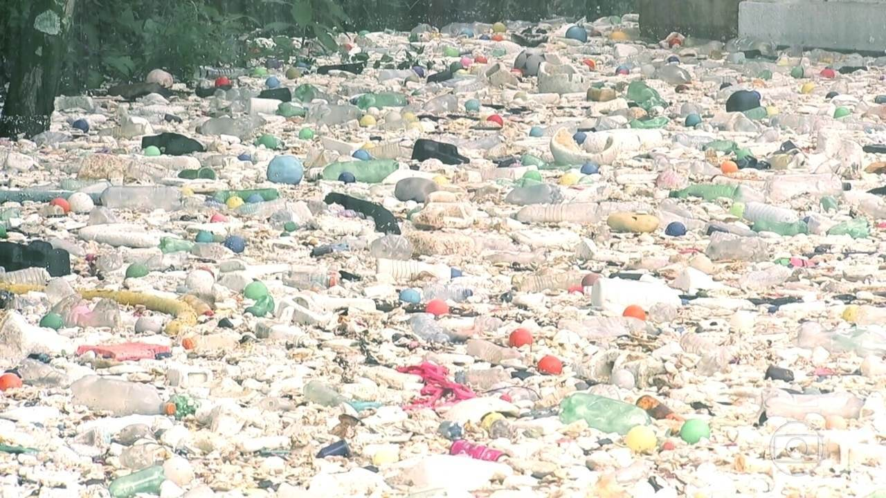 No interior de SP, a cidade de Salto é invadida pelo lixo do Rio Tietê