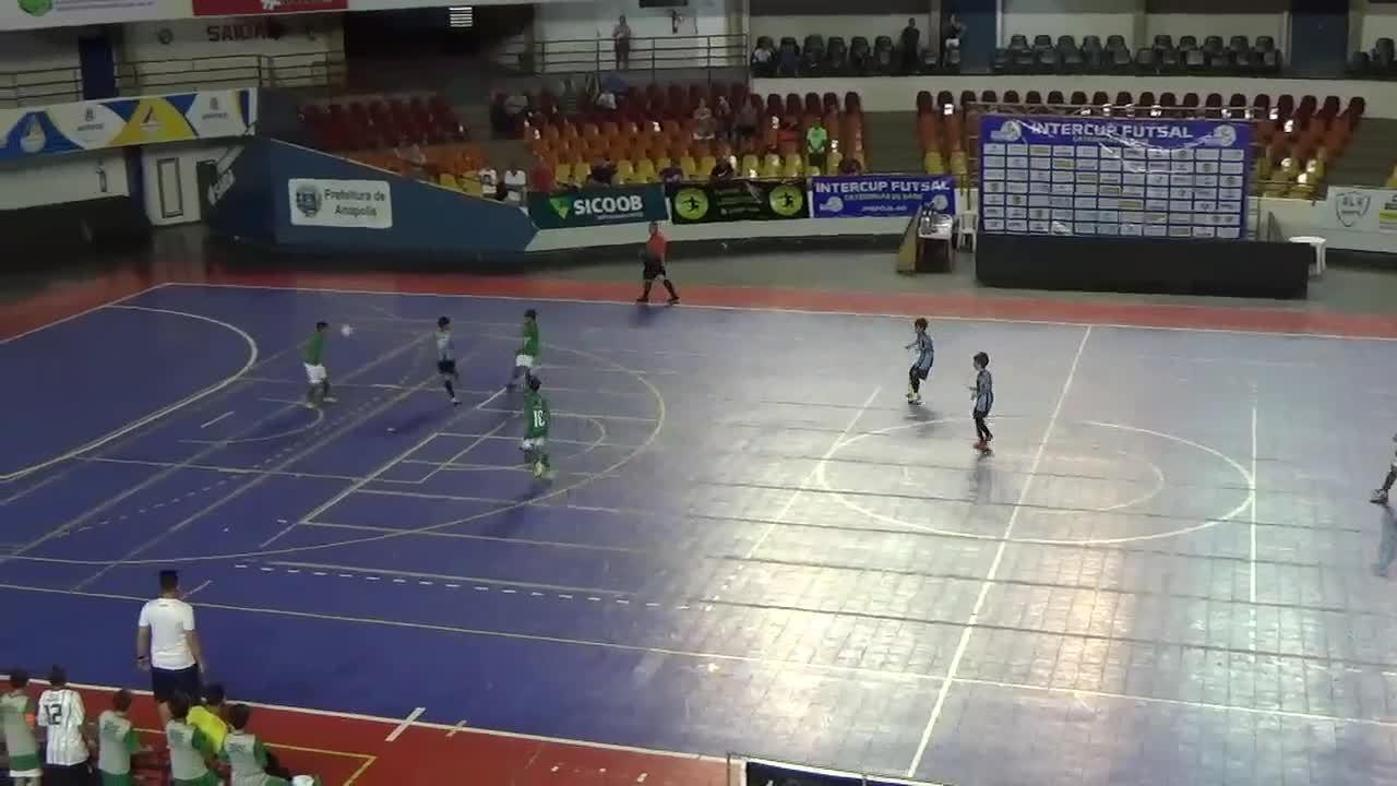 De placa! Menino de 10 anos faz golaço em final de torneio de futsal ... 41be2a7b3ac36