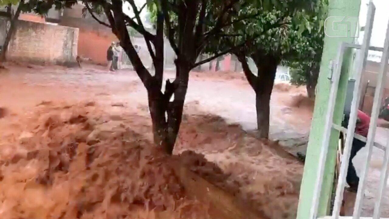 Alexandro registra momento em que enchente atingiu parte da casa da mãe dele, em Campo Grande.