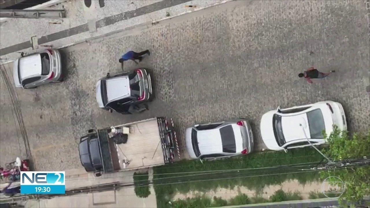 Bandidos roubam carro e arrastam vítima durante fuga no Recife