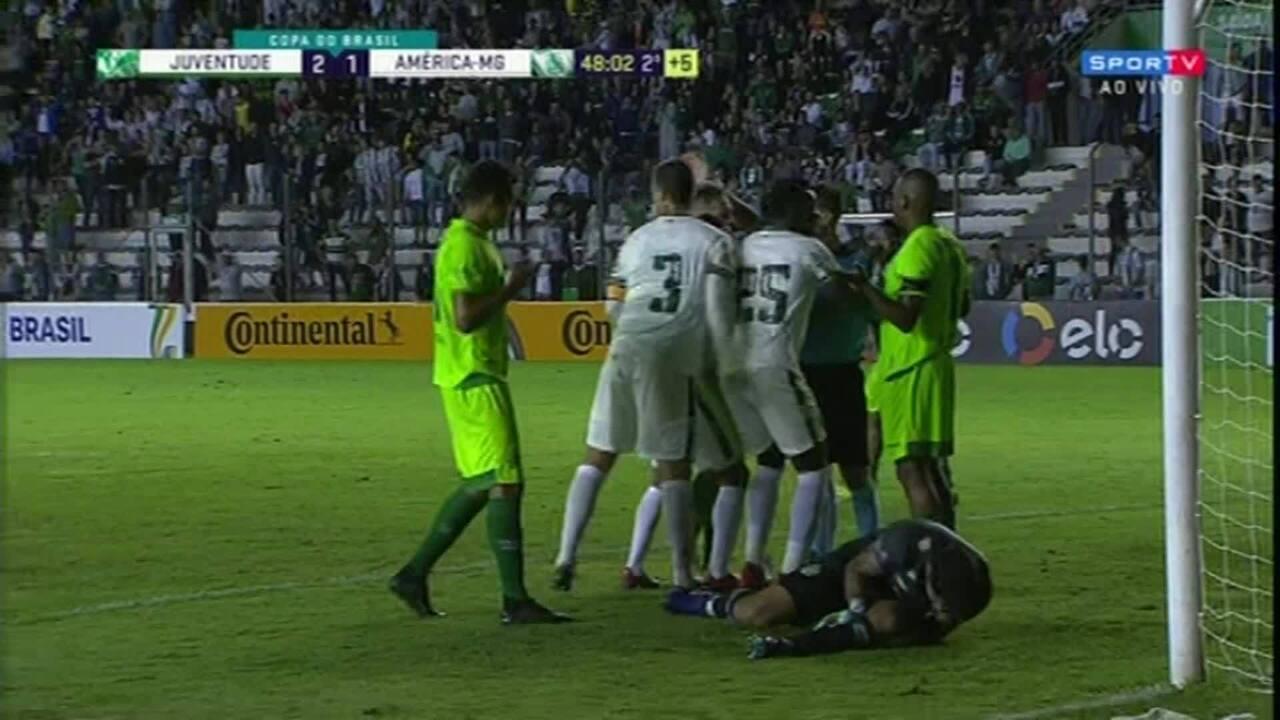 Não vale! Viçosa faz gol de cabeça, mas árbitro assinala falta em Carné, aos 48' do 2º T