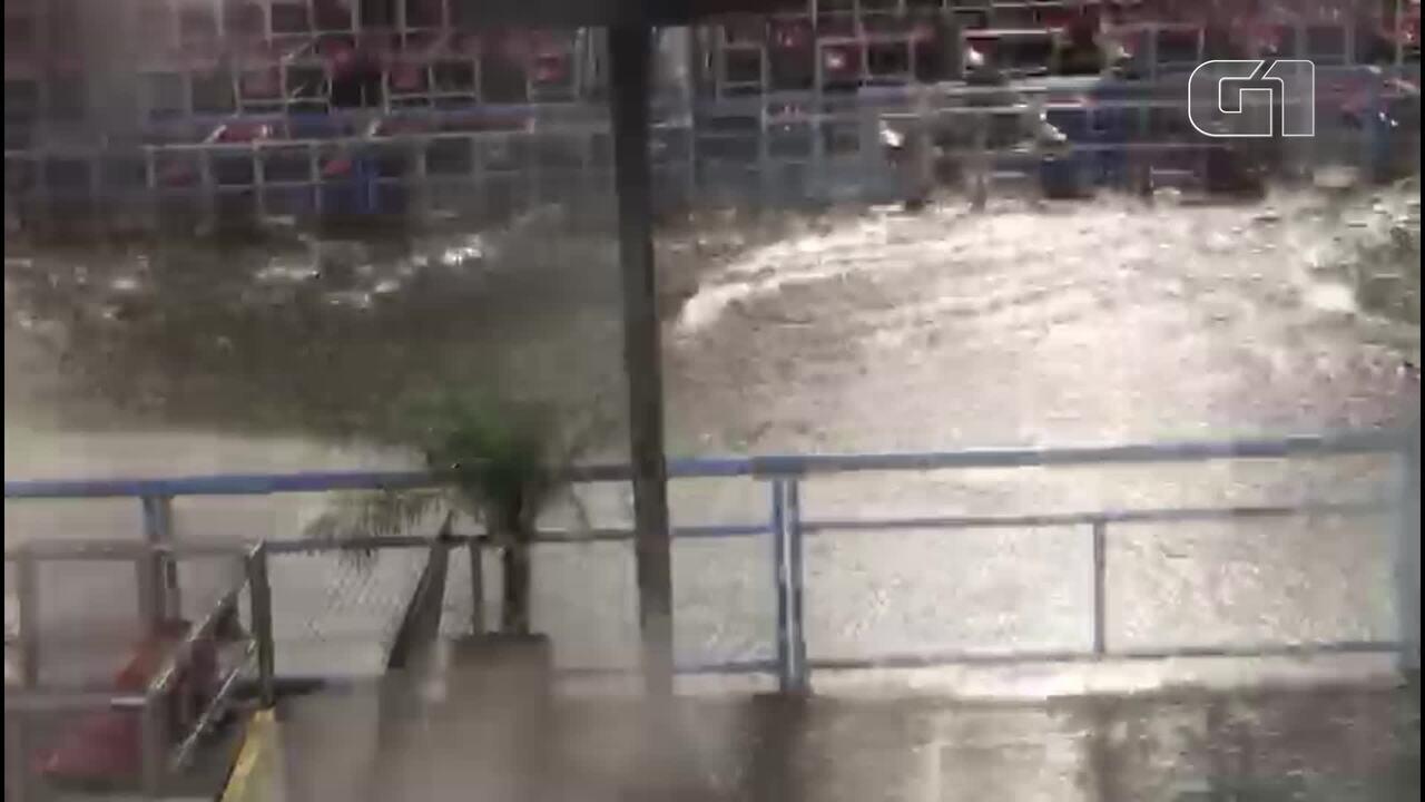 Temporal cria 'rio' na Avenida Marquês de Sapucaí
