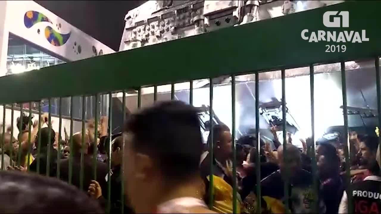 Correria e tensão marcam o fim do desfile da Império de Casa Verde