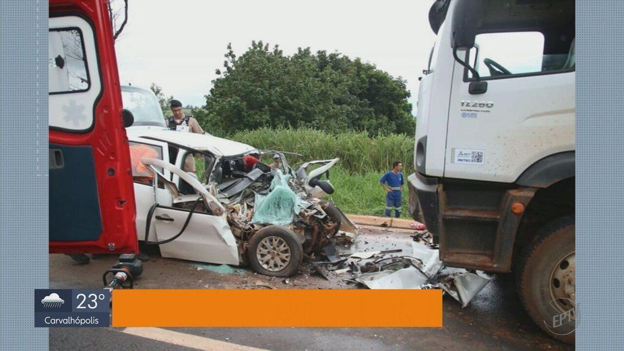 Motorista bate em caminhão de lixo e morre após ser socorrido em São Sebastião do Paraíso