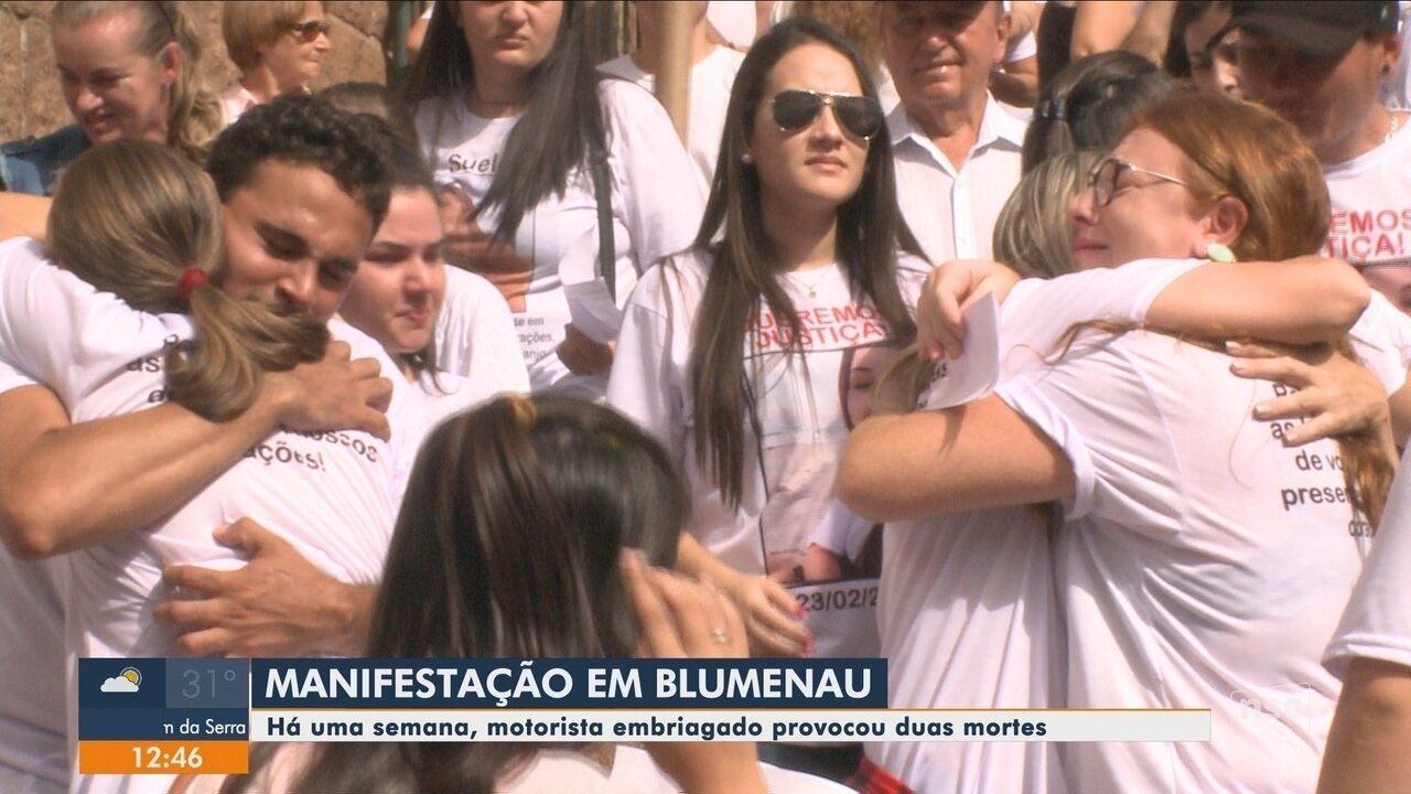 Após morte de jovens na BR-470, parentes e amigos fazem protesto em Blumenau