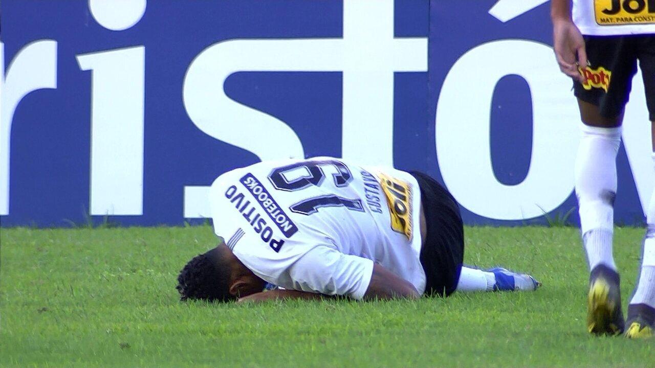 Gustagol, do Corinthians, sofre entrada dura de Luizão e fica mancando