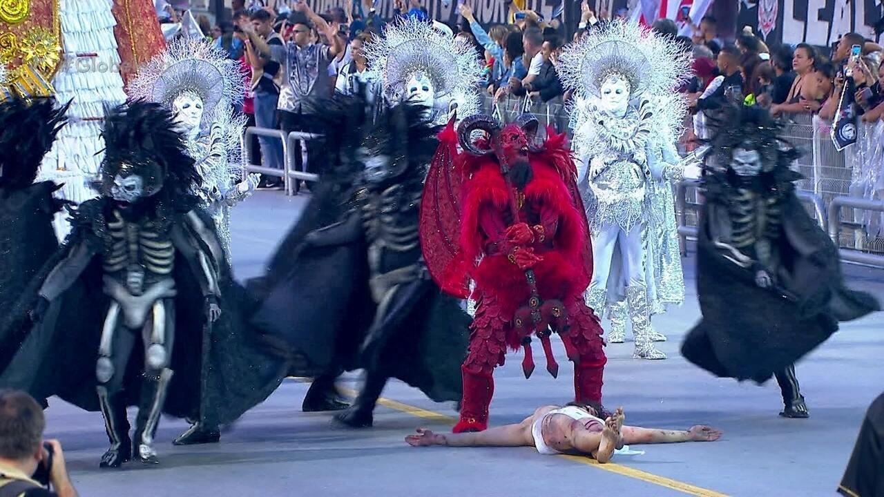 Santo e demônio se encontram na comissão de frente da Gaviões da Fiel