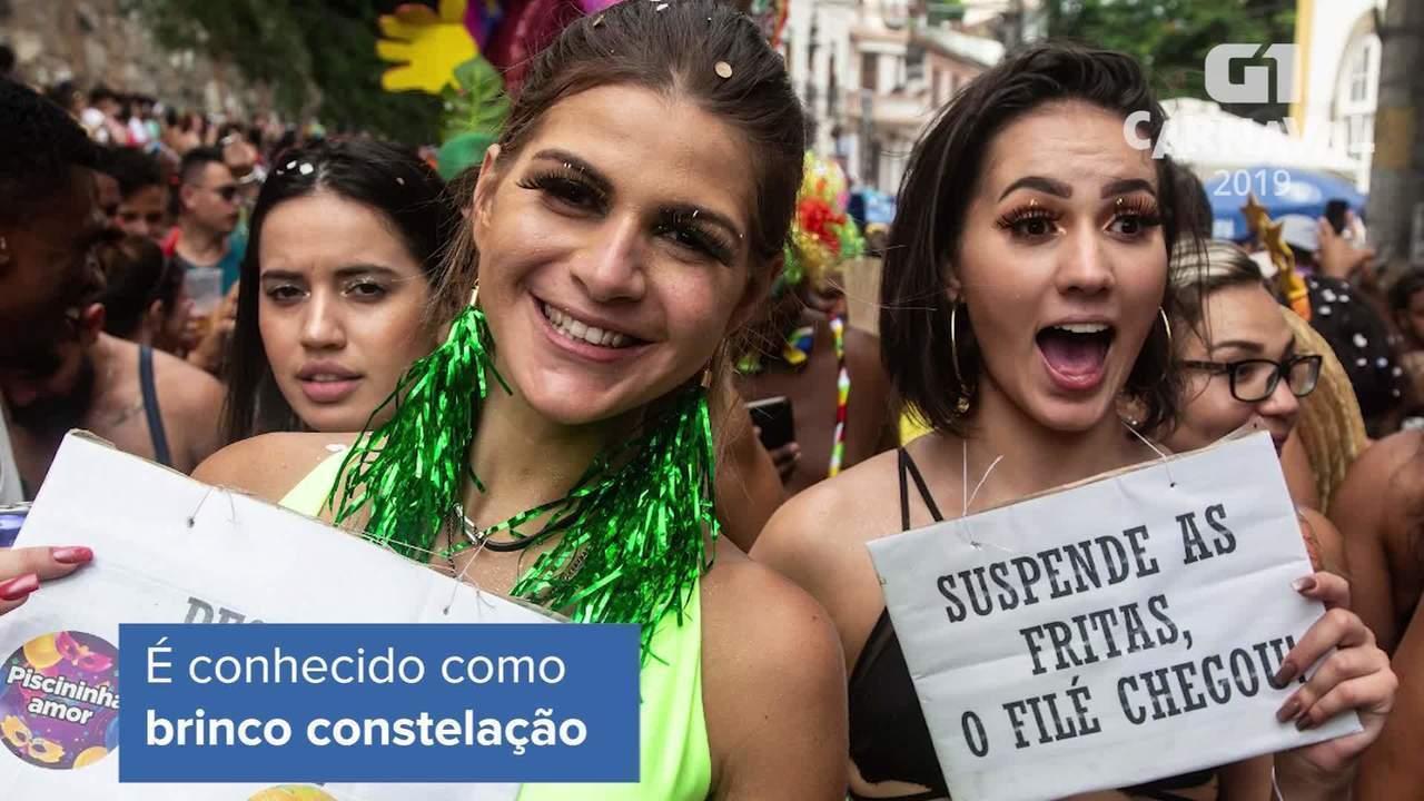 Foliãs apostam nos brincos compridos como tendência no carnaval