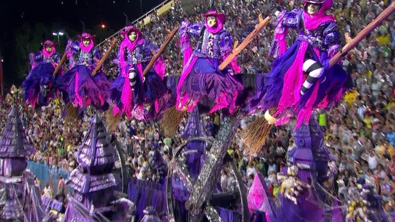 Bruxas da Viradouro chegam voando à Sapucaí
