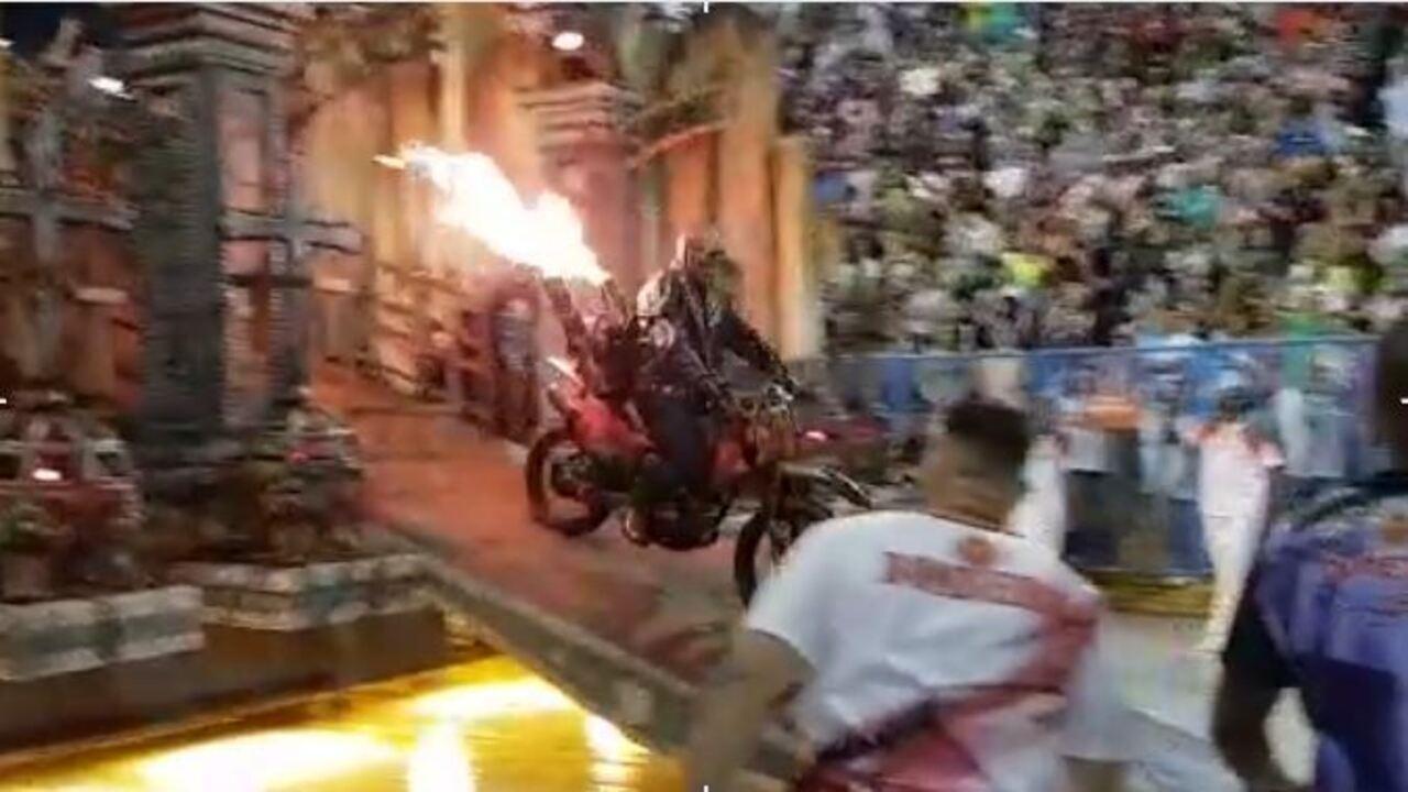 Motoqueiro com moto em chamas é destaque no desfile da Viradouro