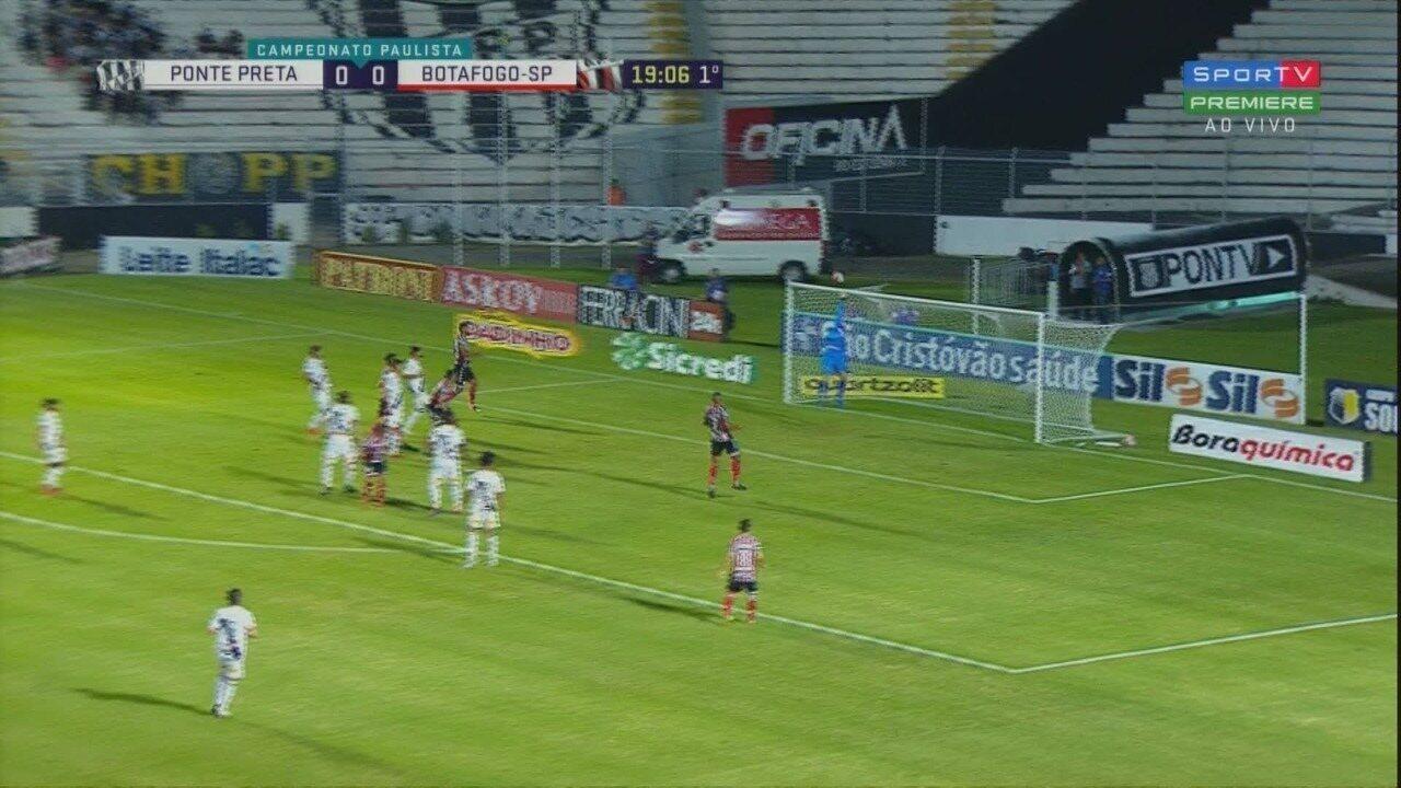 Ivan espalma cabeçada de Rafael Costa, aos 19 minutos do 1º tempo