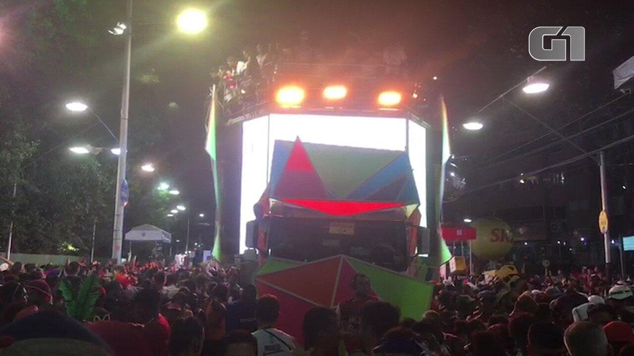 Carnaval 2019: Ivete ajuda ambulante que teve o isopor quebrado