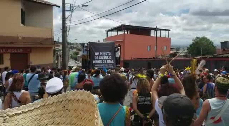 Bloco dedicado ao 'rei' Roberto Carlos presta homenagem aos atingidos na tragédia de Bruma