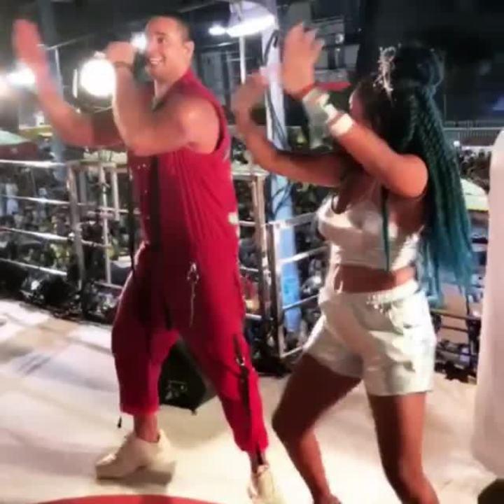 Xanddy e Jeniffer dançam em trio elétrico do Harmonia do Samba