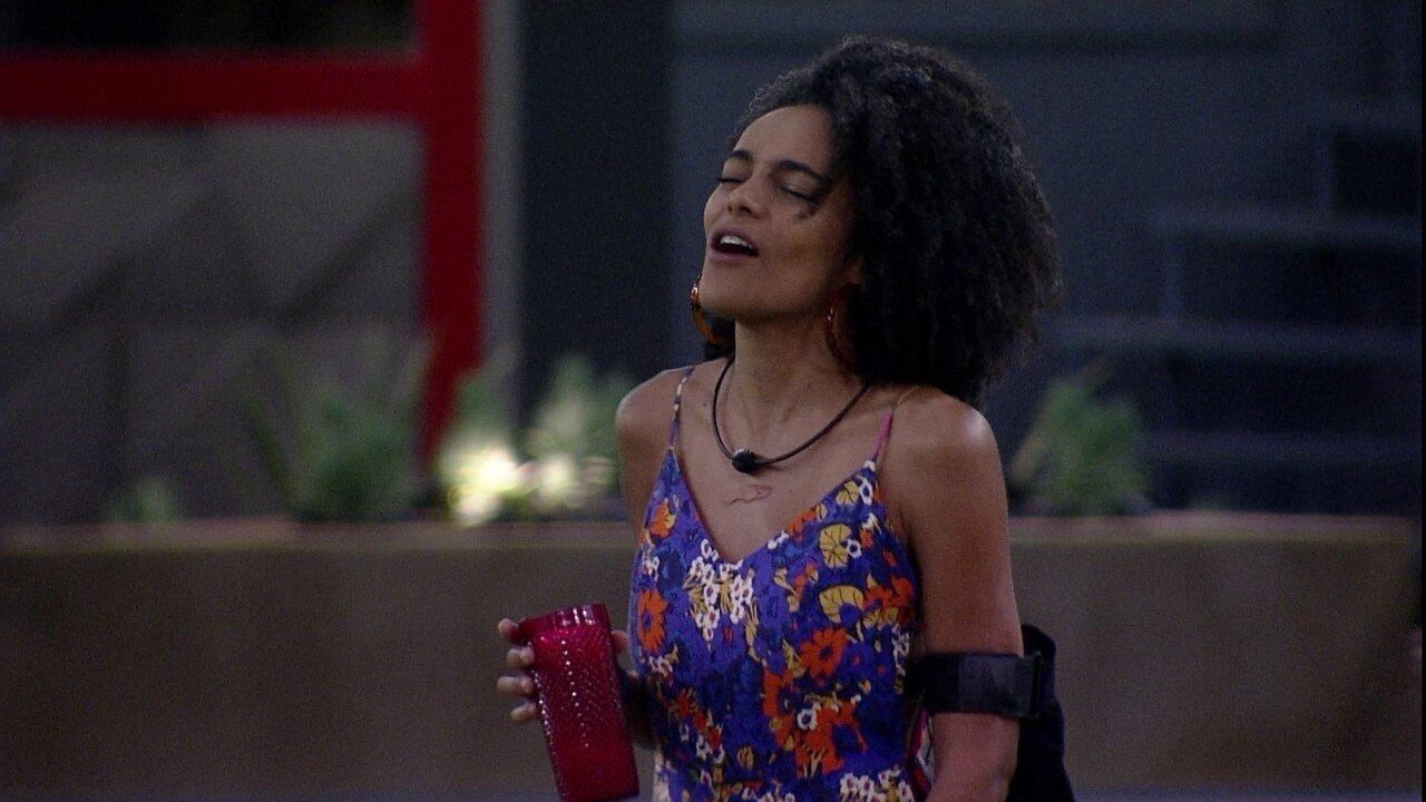 Gabriela canta 'Jaqueta Amarela' com empolgação no jardim