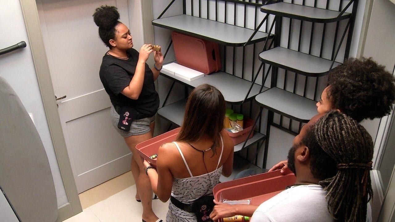 Carolina, Gabriela, Rodrigo e Rízia brincam de fazer compras