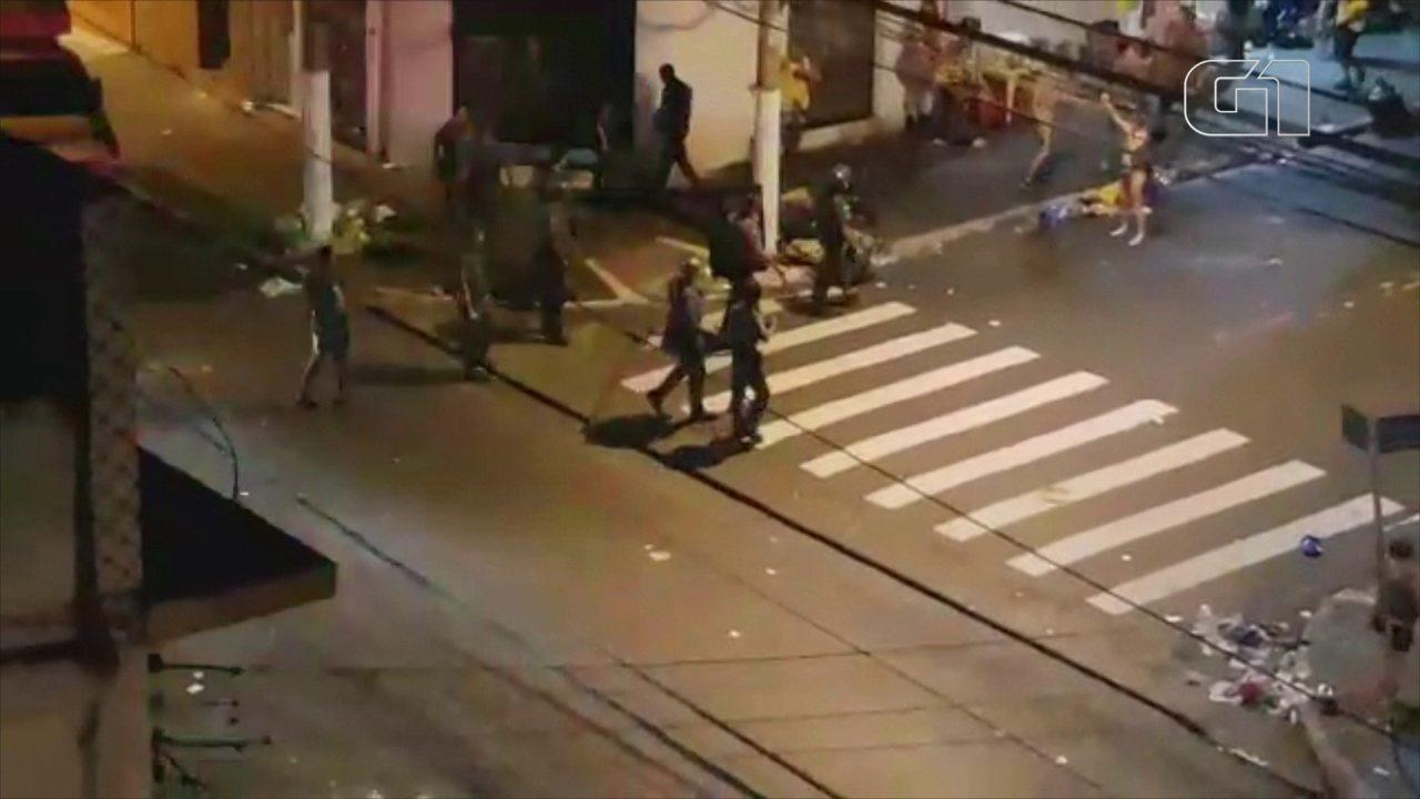 PM dispersa foliões com bombas e balas de borracha