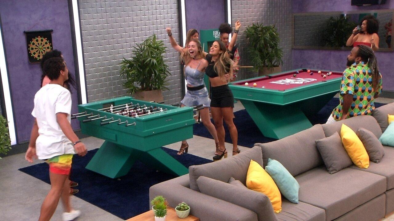 Paula e Carolina vencem Danrley e Elana no futebol de mesa