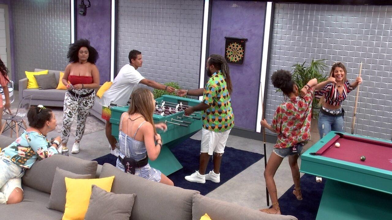 Rodrigo brinca com Danrley e comenta: 'Jogando totó com meu filho'