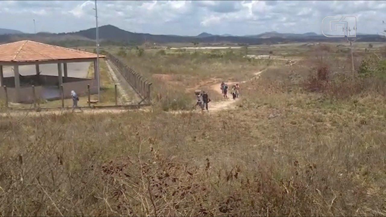 Centenas de pessoas atravessam a fronteira entre a Venezuela e o Brasil todos os dias