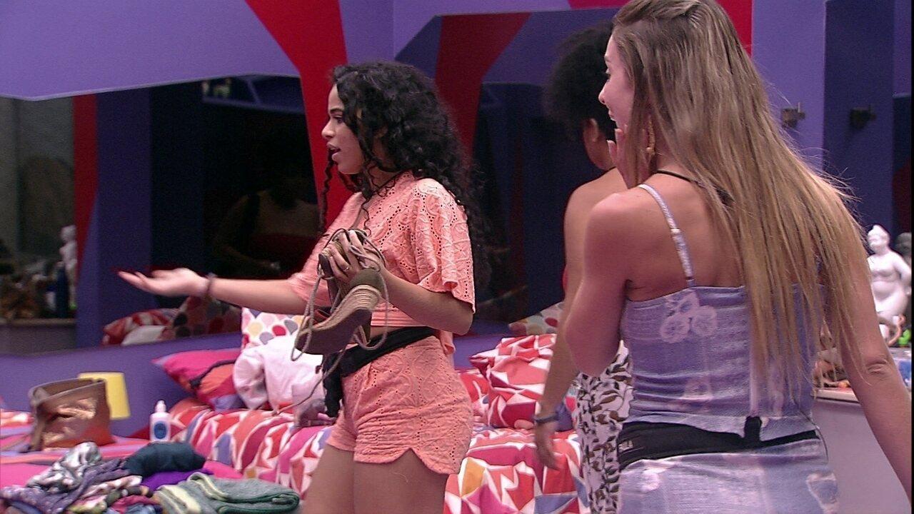 Elana e Paula estranham a organização de suas coisas no Quarto Diamante