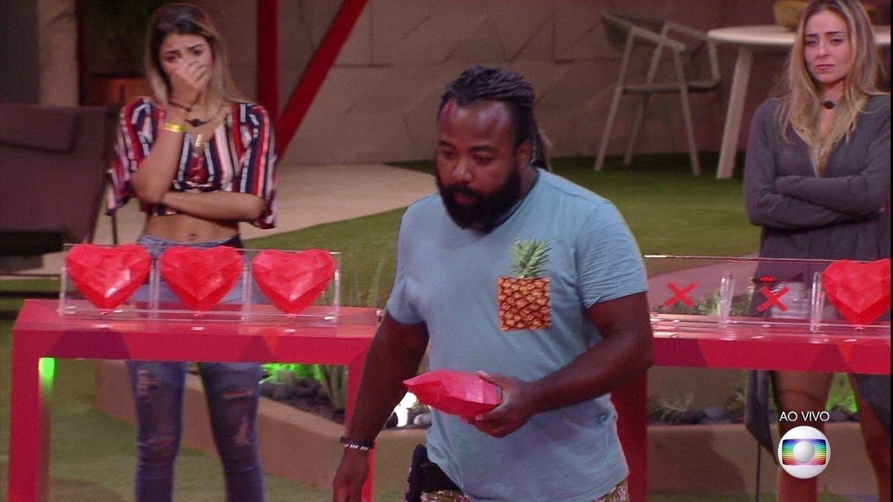 Rodrigo começa quebrando dois corações de Paula na Prova do Líder