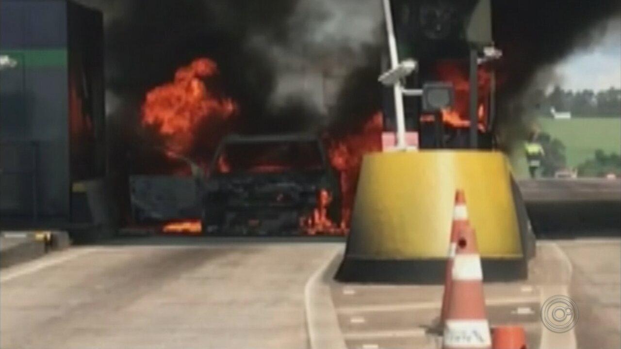 Carro pega fogo em praça de pedágio de Areiópolis