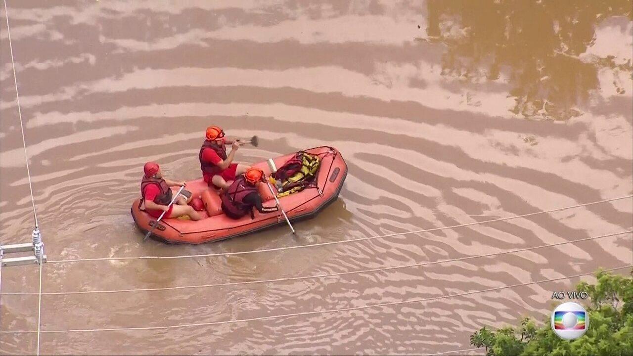 Bombeiros usam bote para ajudar moradores de São Bernardo do Campo