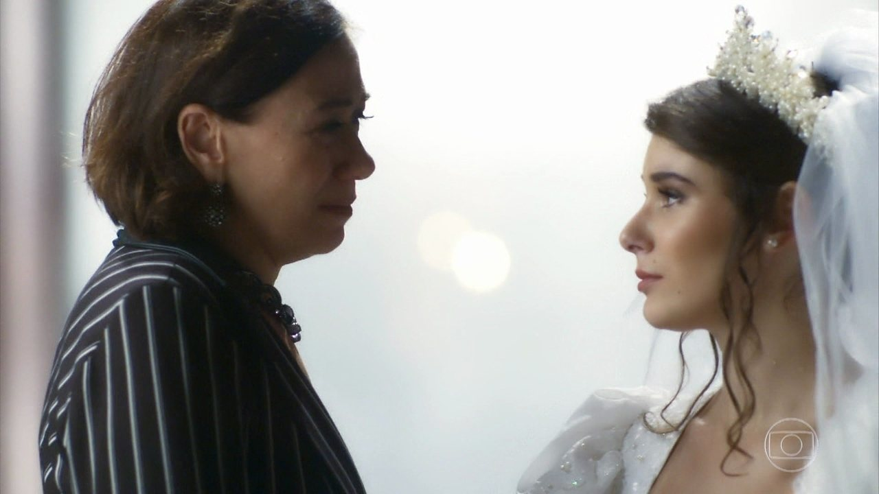 Reveja cena de Lilia Cabral e Giulia Bertolli em 'O Sétimo Guardião'. Na novela, Valentina tem visão do passado após noitada no cabaré