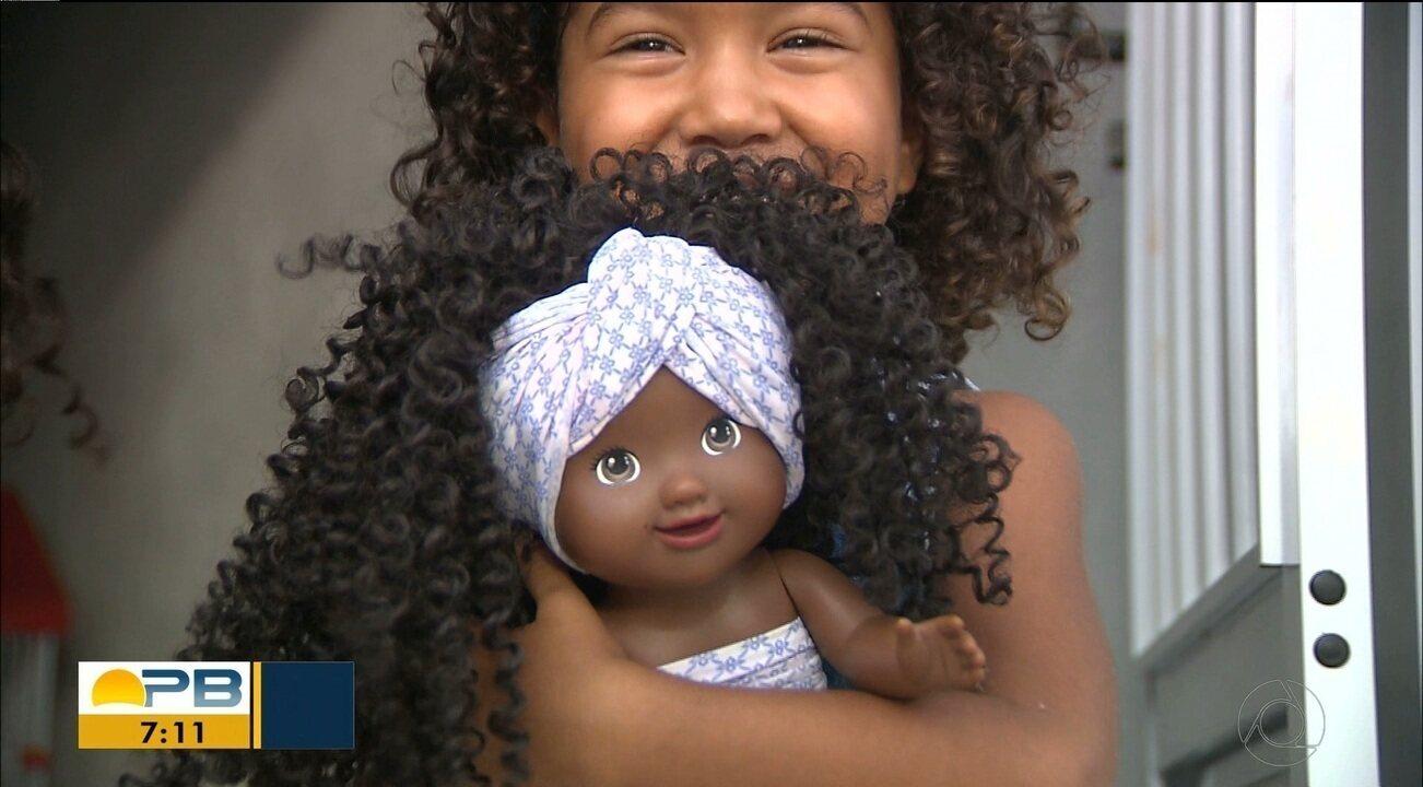 Pais 'reformam' boneca negra e colocam cabelo cacheado após pedido da filha de três anos