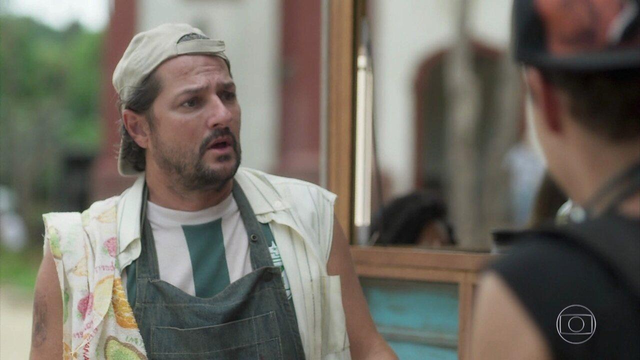 Bebeto (Eduardo Speroni) surpreende Nicolau(Marcelo Serrado) com aprovação no teste