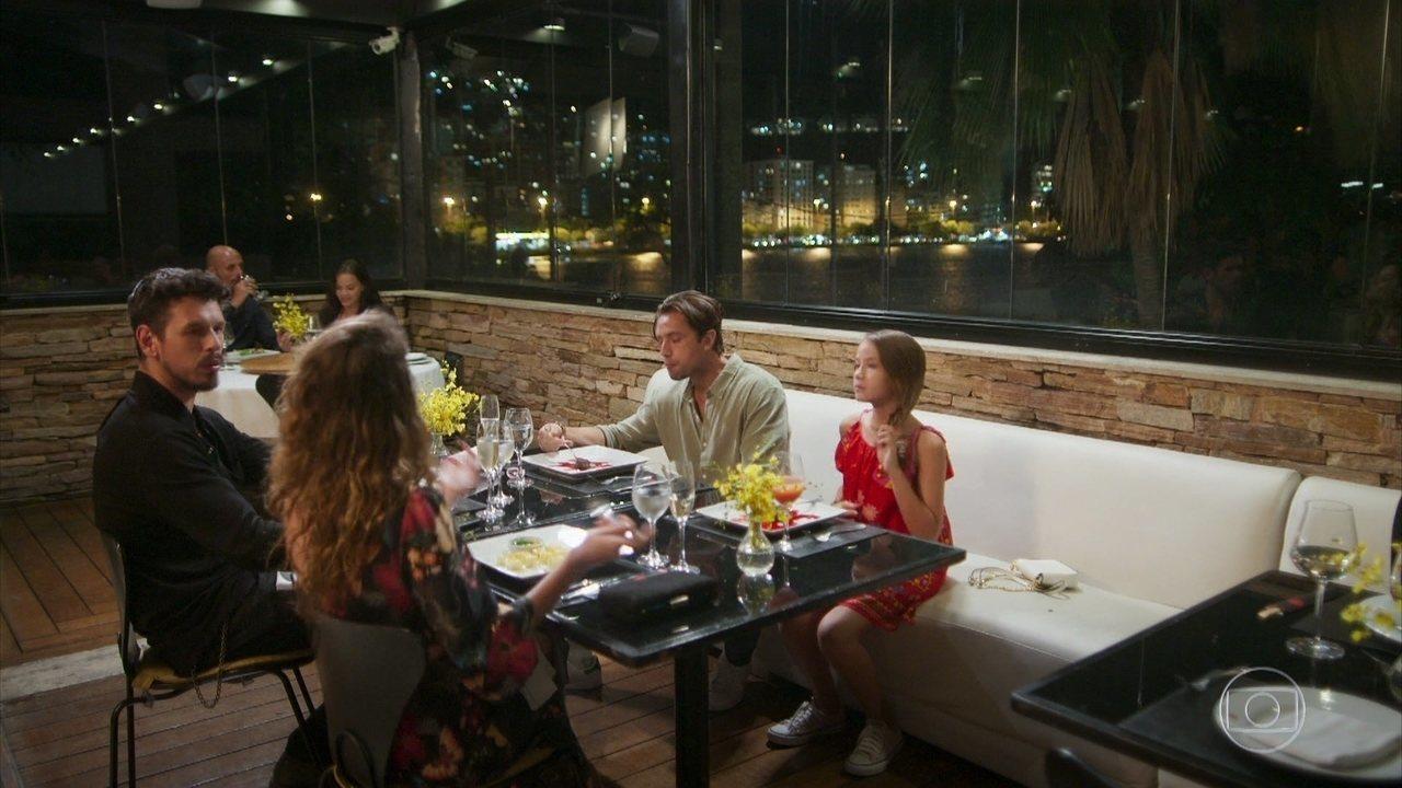 Priscila conta a Daniel, Alain e Isabel que viu Felipe no momento em que quase se acidento
