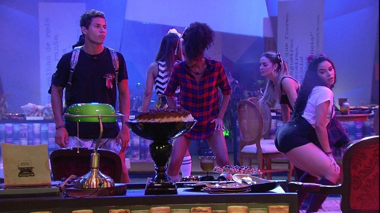 Elana ensina coreografia de funk para Gabriela