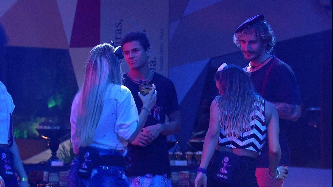 Meninas brincam de seduzir Danrley e Alan, que diz: 'Paulinha agressiva'