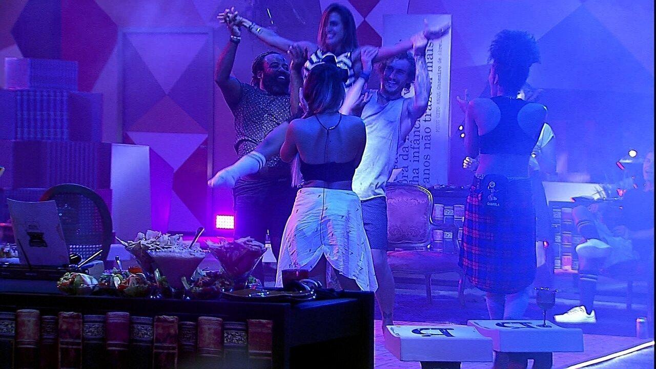 Alan e Rodrigo giram Carolina no ar