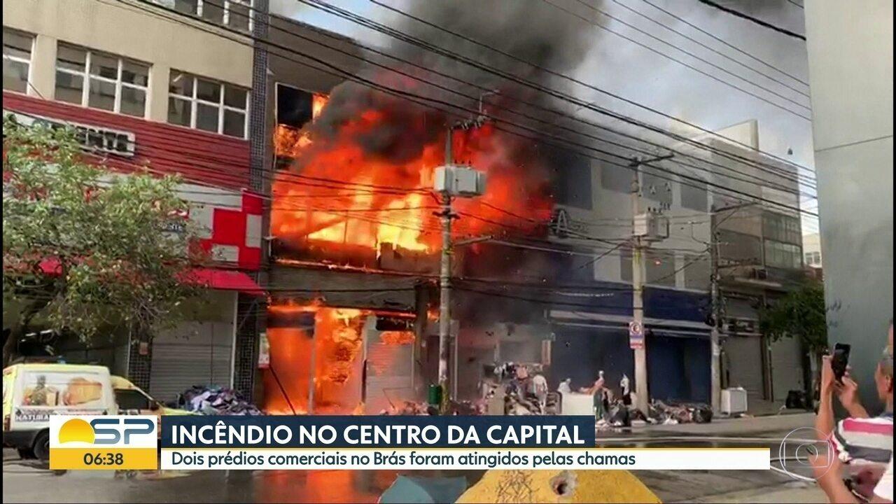 Incêndio atinge dois prédios comerciais no Brás