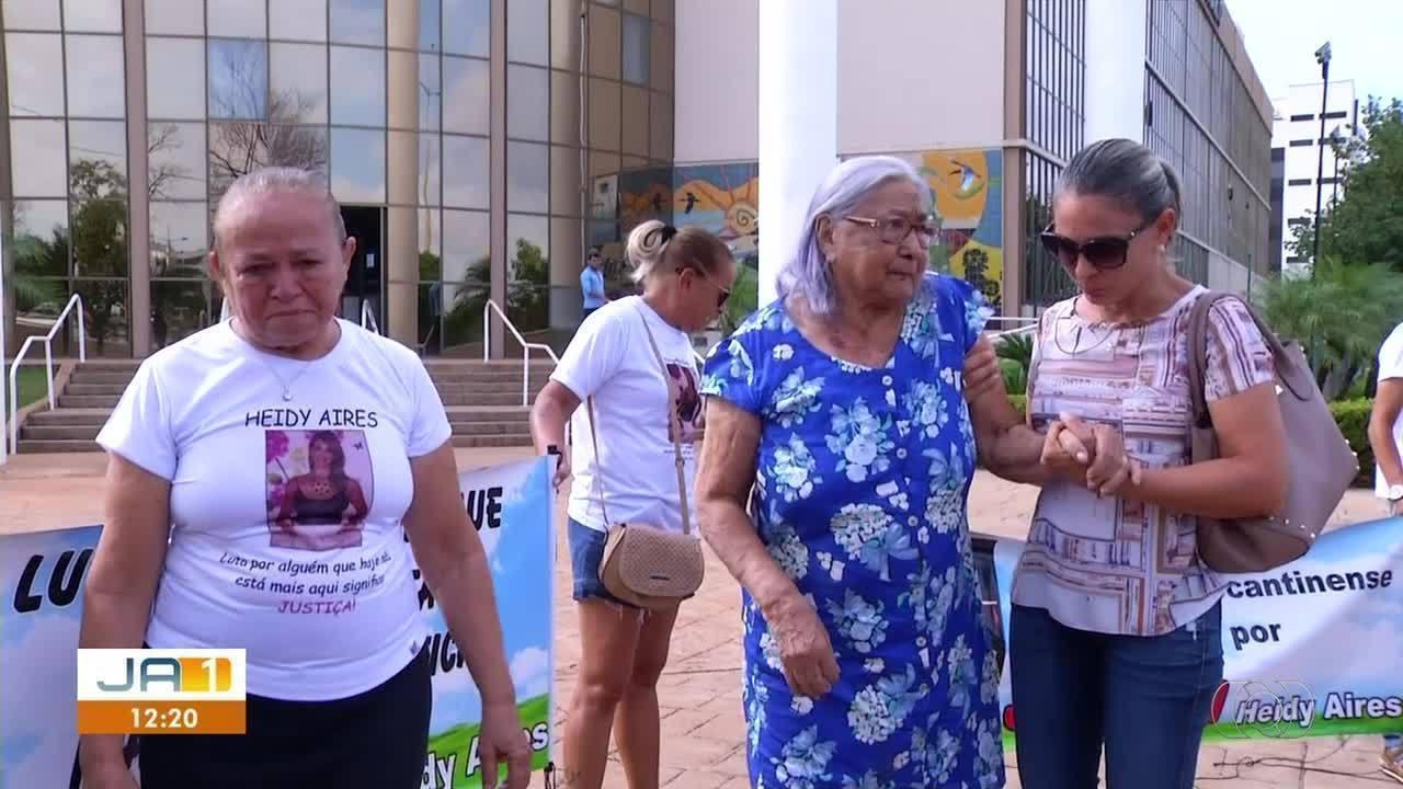 Família protesta após e julgamento de condenado pela morte de professora ser adiado