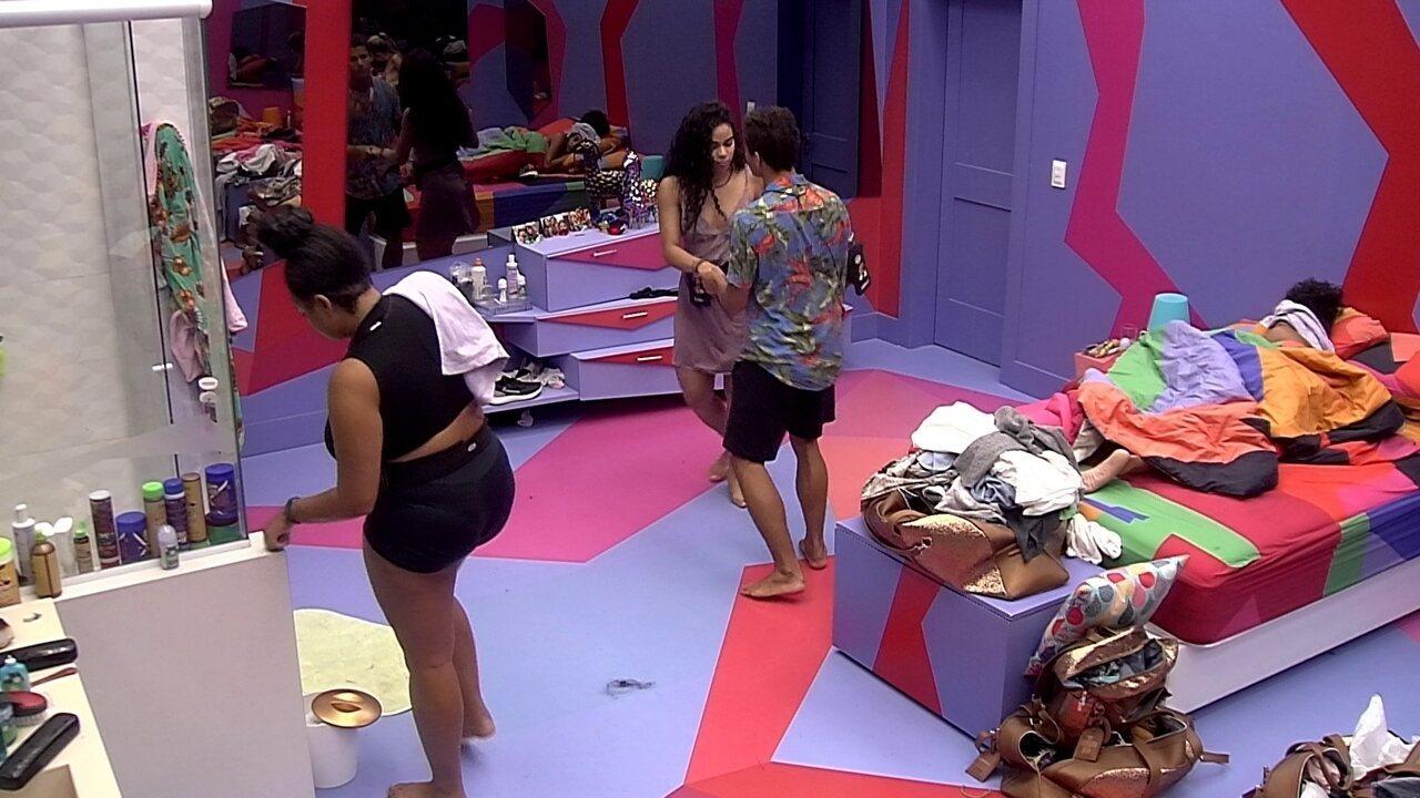 Danrley pede para olhar no espelho enquanto dança com Elana