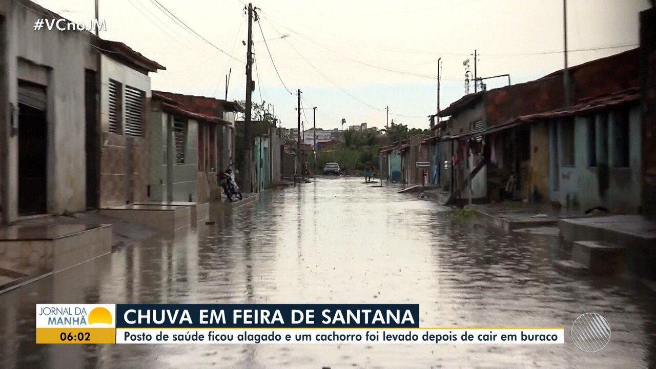 Chuva forte alaga ruas em Feira de Santana