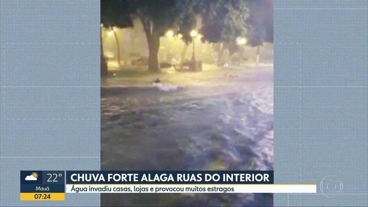 Chuva forte alaga ruas do Interior