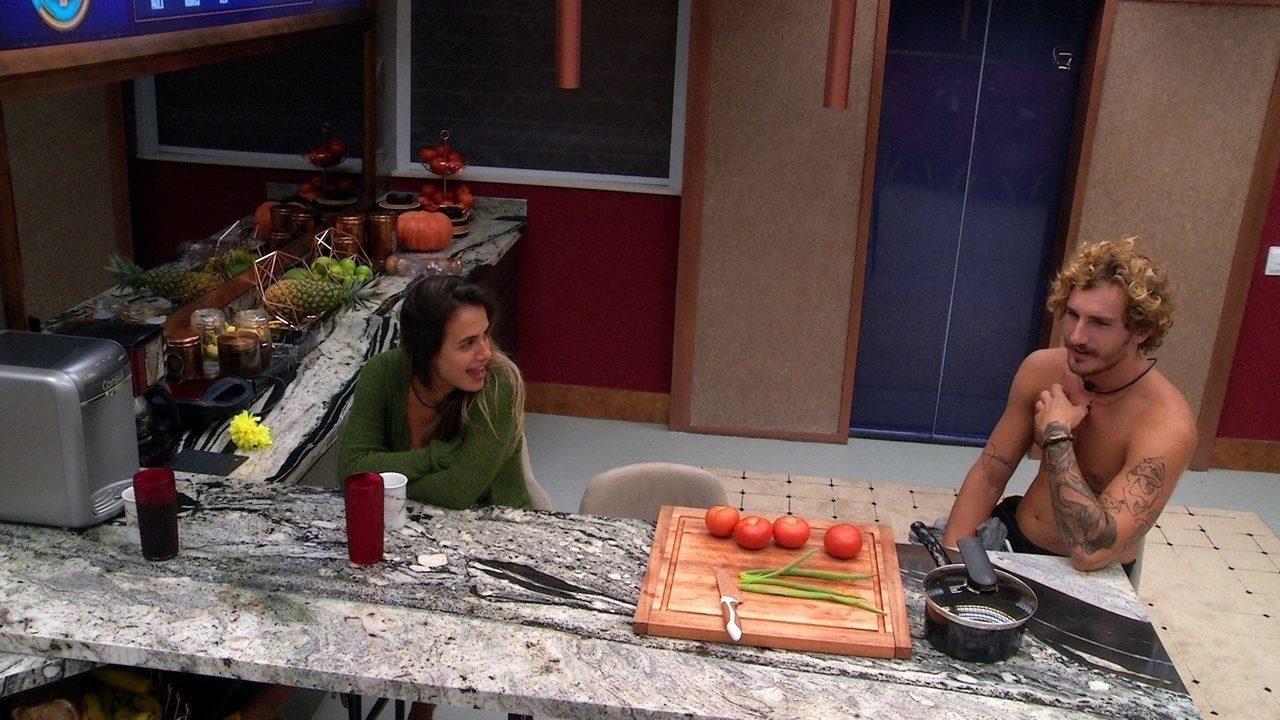 Carolina brinca de ser ciumenta com Alan: 'Estava sonhando com quem? Olha o que vai falar'